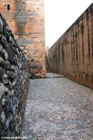 Calle del Foso y escaleras hacia la Torre del Cubo