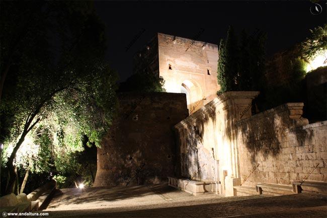 Torre de la Justicia y Pilar de Carlos V nocturna