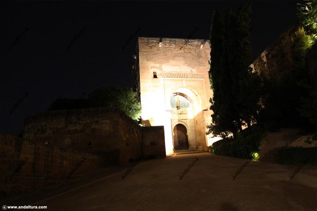 Torre y Puerta de la Justicia nocturna