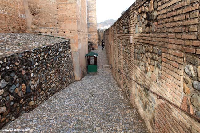 Entrada a la Alcazaba en la base de la Torre Quebrada