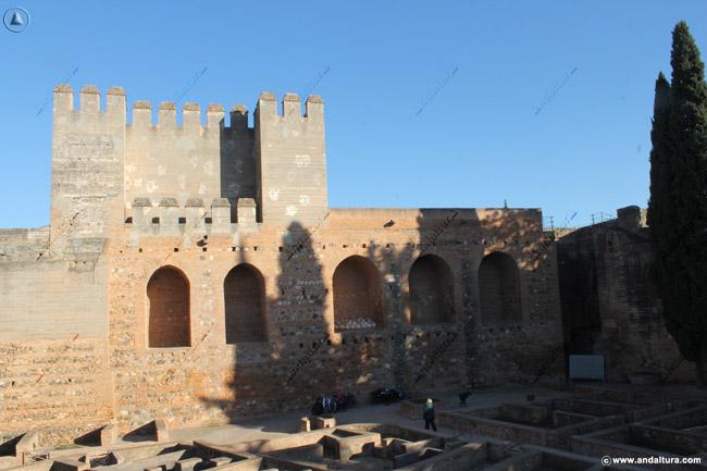 Torre Quebrada y del Adarguero en la Plaza de Armas