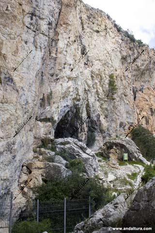 Detalle de la Cueva de Ambrosio desde el Arroyo del Moral