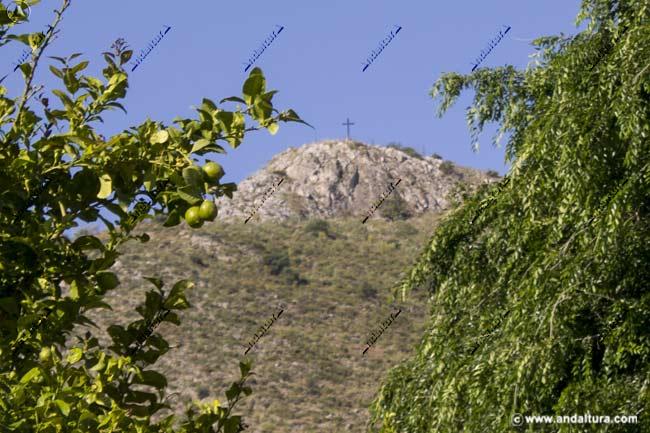 Cruz de la Camorra desde la localidad de Alameda