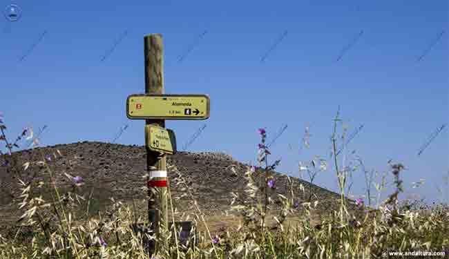 Mirador y Cruz de la Camorra desde la Gran Senda de Málaga, GR-249