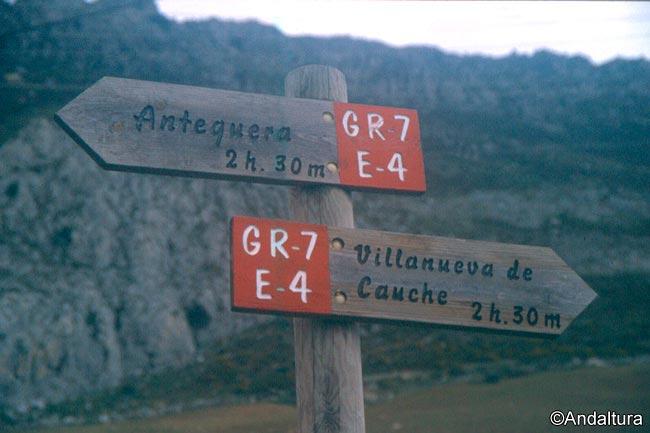Estacas del Sendero de Gran Recorrido GR7 en el entorno del Torcal