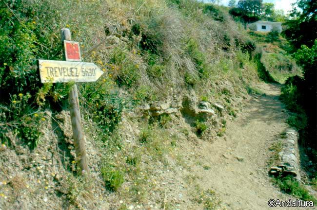Estaca indicativa de la dirección a Trevélez desde Busquístar