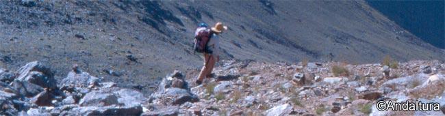 Trekking por Sierra Nevada: a media ladera por la Arista del Puntal de la Caldera