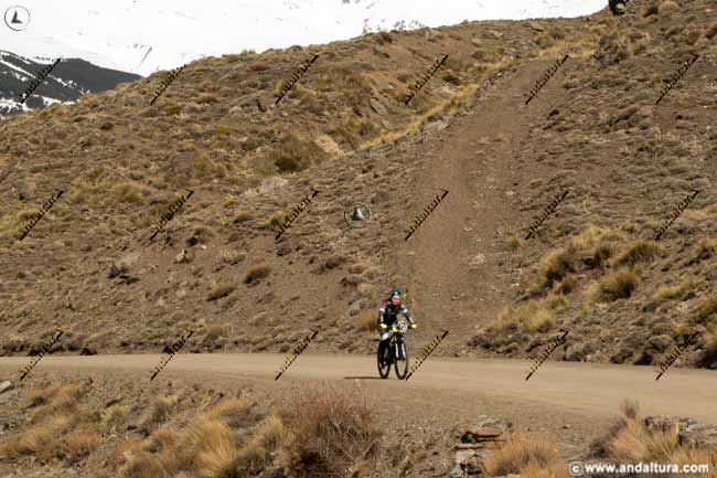 Comenzando las rampas por la pista sin asfaltar a la Hoya del Portillo