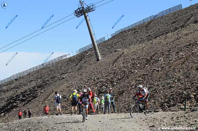 Cruce de las pista con la pista asfaltada en el Panderón del Veleta