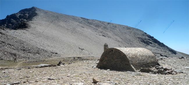 Refugio-Vivac de la Caldera y el Mulhacén al fondo